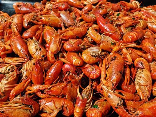 小龙虾壳卡喉后强行吞饭 食客动脉险被扎破