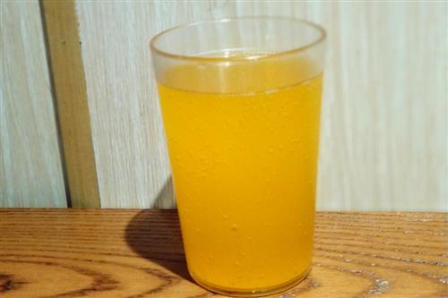 下面买买茶小编介绍几款自制的调味红茶: 1、柠檬红茶 最好选用红茶包或者是红碎茶作为调味红茶的基调,这样更加容易分离茶汁与茶叶,有效控制茶汁的浓稠程度。将红茶用温水或者沸水冲泡好,然后温度晾至80度左右,将切好的柠檬片选取中间部分放入红茶汁中,一杯清爽酸甜的柠檬红茶就完成了,这是目前最受欢迎的调味红茶饮品之一哦。 2、肉桂红茶 肉桂具有散寒止痛,活血通经。暖脾胃,除积冷,通血脉的作用,是良好的中药药材。肉桂虽然有些辛辣,但是减少用量,将肉桂与红茶进行一定比例的调和,就会产生意想不到的滋味。肉桂冰红茶的味