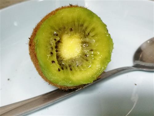 图解猕猴桃怎么去皮