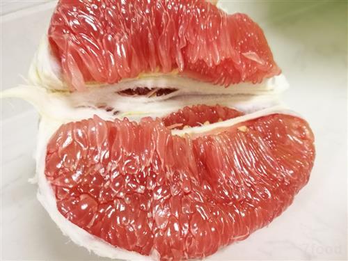 柚子有许多品种,其中最美味,营养最丰富的,当属红肉蜜柚.