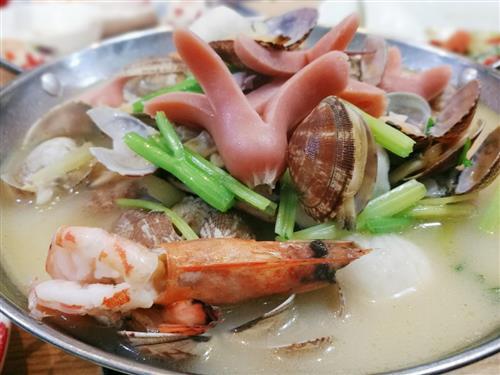 吃火锅不仅要吃特色火锅底料调配的独特口味,火锅菜的原料