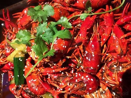 又至吃小龙虾的季节,小龙虾肉质肥嫩饱满,白灼的烹饪方法保持了