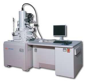 扫描电子显微镜(SEM)是1965年发明的较现代的细胞生物学研究工具,主要是利用二次电子信号成像来观察样品的表面形态,即用极狭窄的电子束去扫描样品,通过电子束与样品的相互作用产生各种效应,其中主要是样品的二次电子发射。二次电子能够产生样品表面放大的形貌像,这个像是在样品被扫描时按时序建立起来的,即使用逐点成像的方法获得放大像。 扫描电镜(SEM)是介于透射电镜和光学显微镜之间的一种微观性貌观察手段,可直接利用样品表面材料的物质性能进行微观成像。扫描电镜的优点是,有较高的放大倍数,20-20万倍之间连续可调
