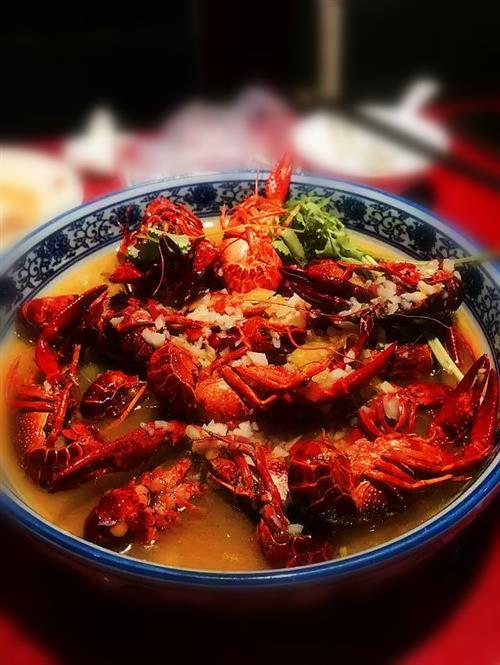 说到吃小龙虾,最好的场所还是大排档,在这里可以暂时