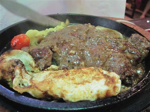 牛排一般吃几分熟 西冷牛排 推荐四到六分熟。西冷牛排也叫做沙朗牛排,这个部位的牛排肉肉质鲜嫩,而且汁多,不要煎太久否则水分会逼走,吃起来就干干的。 菲力牛排 推荐三到七分熟。菲力牛排也就是牛里脊、嫩牛柳,肉质很嫩,而且油脂少,不足的是如果你追求有嚼劲的牛排,那就不要选择这种了。 丁骨牛排 推荐五到八分熟。牛背上的脊骨肉,肉质从细嫩到粗狂,很油又很爽口,算是同时吃到菲力牛排以及纽约客牛排了,这口感太混搭,吃醉了。 肋眼牛排 推荐四到六分熟。肉质油腻又滑嫩,吃起来嚼劲十足,就是比较油腻,吃多了小心长胖。 牛