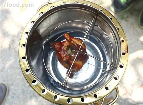 桶仔鸡烧烤桶制作烤鸡的原理是在烧烤桶底层用木炭对烧烤桶进行