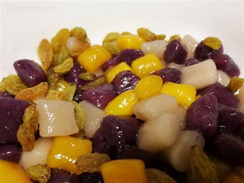 芋圆由香芋,红薯,紫薯,木薯粉等材料制作而成,具有多个品种和做法.