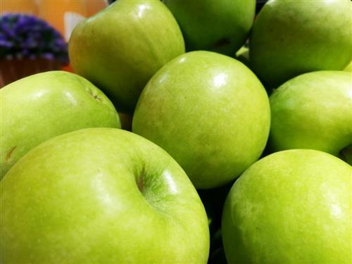 而且,苹果含有丰富的维生素c,维生素c能够抑制皮肤中黑色素的沉着.