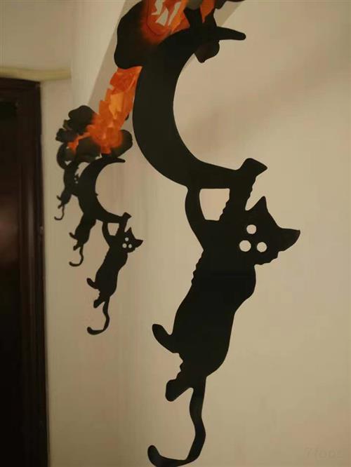 到了今天,象征万圣节的形象,图画如巫婆,黑猫等,大都有友善可爱和滑稽