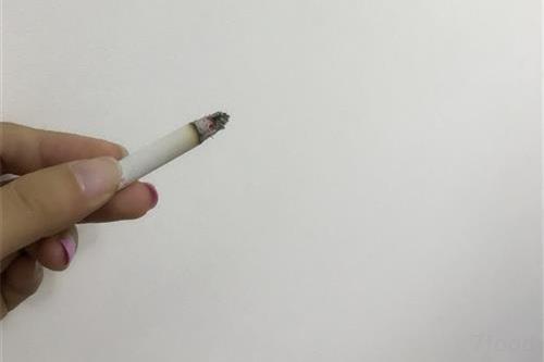 烟雾中含有较多的放射性元素,如钋,它们在吸烟时挥发,并随着烟雾被