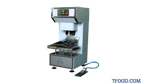 主要技术参数: 1、生产能力:80-120袋/小时(22升计)(视操作熟练程度而定); 2、罐装容量:5-25L; 3、适应容器:复合软袋、铁罐、塑料桶等; 4、罐装精度:0.3%; 5、进油口压力:0.3-0.35Mpa; 6、工作气压:0.6-0.8MPa。