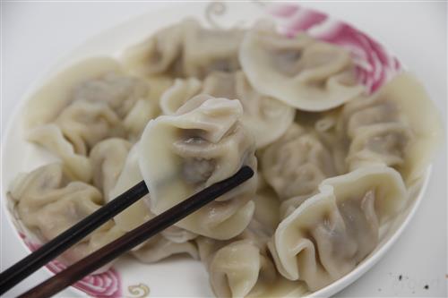 """""""除夕""""北方为何吃饺子,南方食年糕?民俗专家称意在新年发财"""